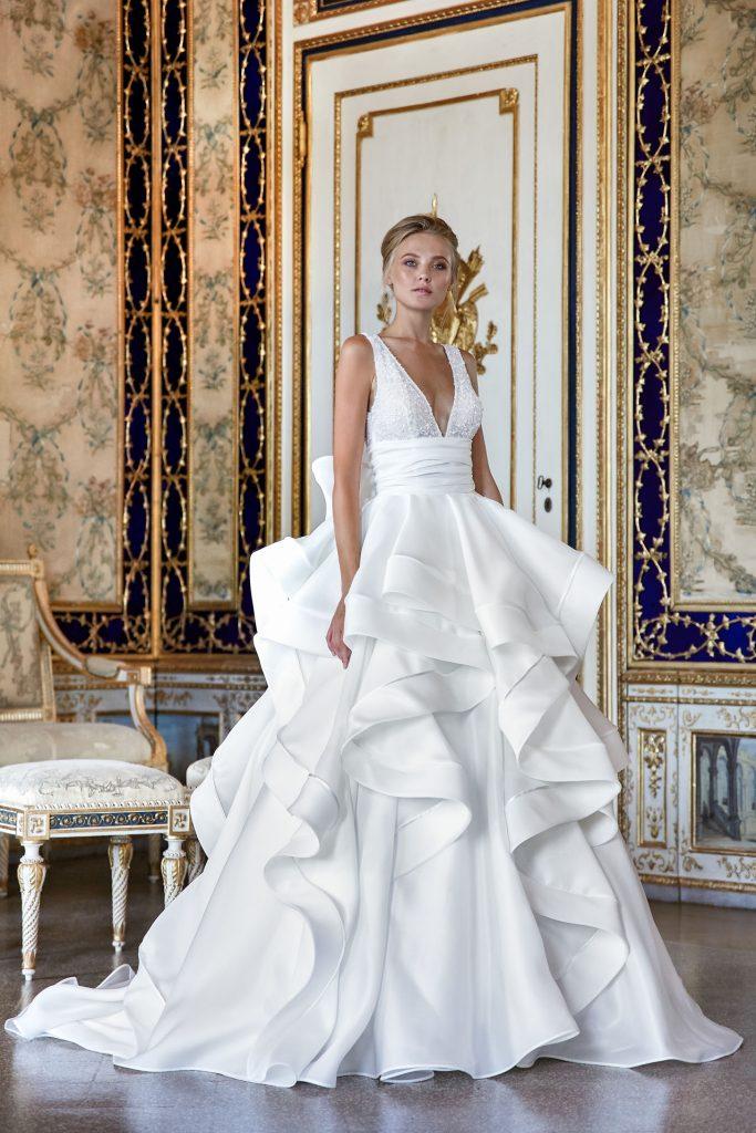 In questa foto una modella indossa un abito da sposa vaporoso per un matrimonio in città