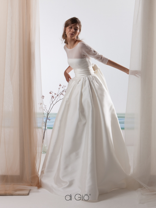 In questa foto una modella indossa un abito da sposa in mikado della collezione Le Spose di Giò