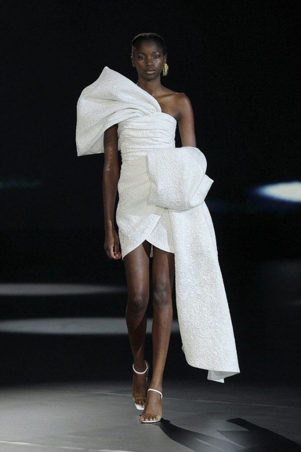 In questa foto una modella indossa un abito da sposa non convenzionale di Isabel Sanchis