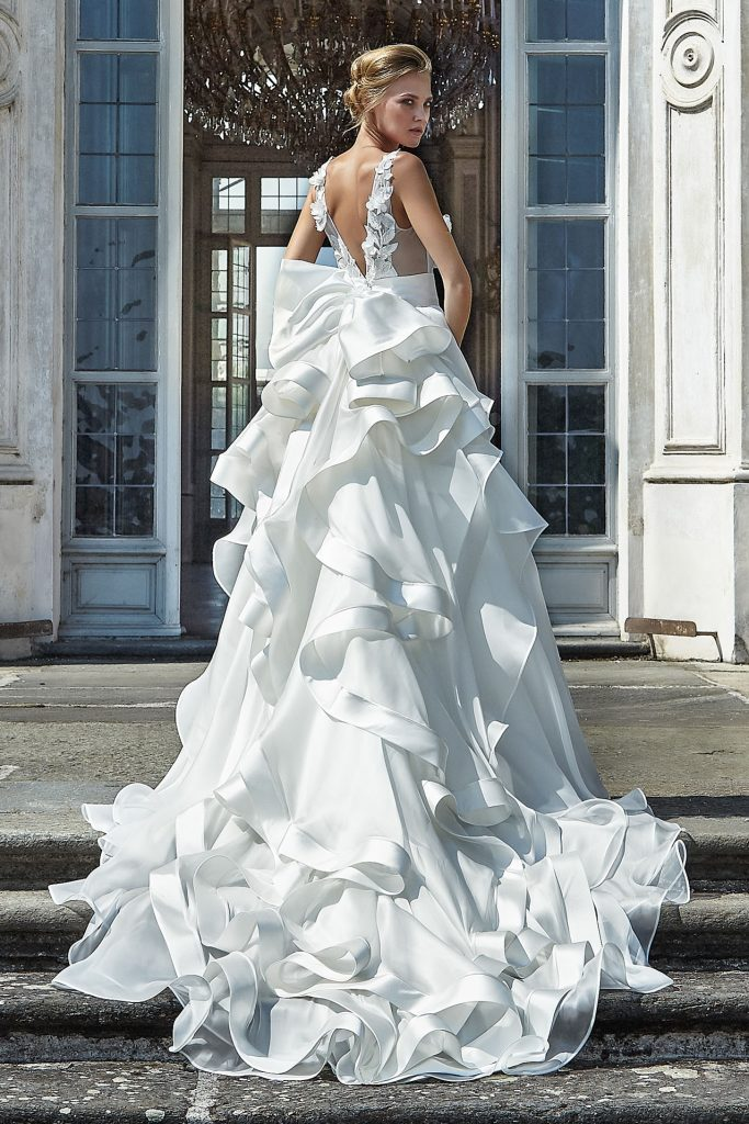 In questa foto una modella indossa un abito da sposa di Stefano Blandaleone in organza