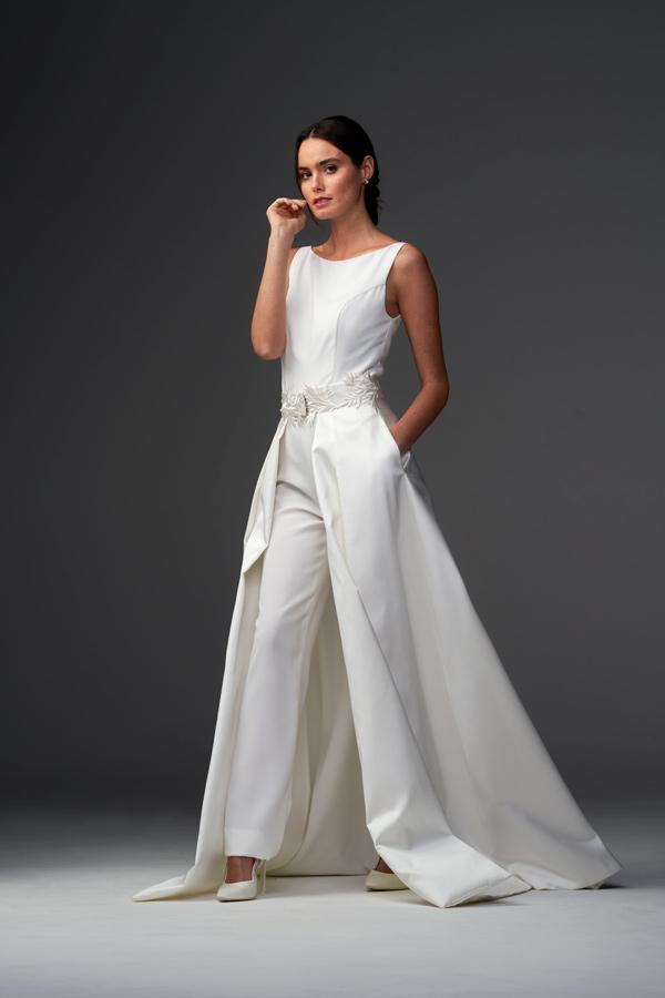 In questa foto una modella indossa una tuta elegante da sposa della collezione Chiara Vitale Bridal
