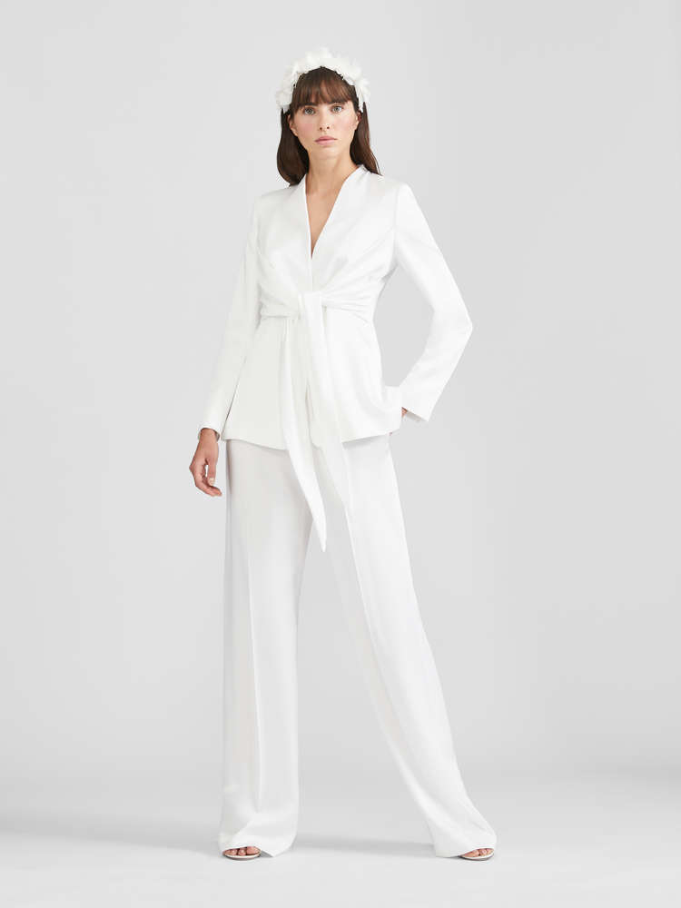 In questa foto una modella indossa un abito da sposa con giacca e pantaloni della linea Max Mara Bridal