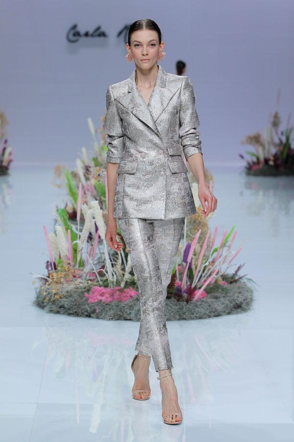 In questa foto una modella indossa un completo giacca e pantaloni a sigaretta, color silver, ottimo per una sposa matura