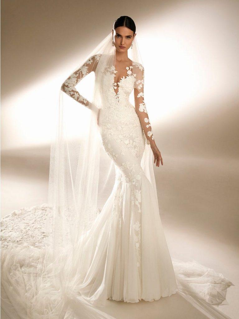 In questa foto una modella indossa un abito da sposa sirena in pizzo di Pronovias