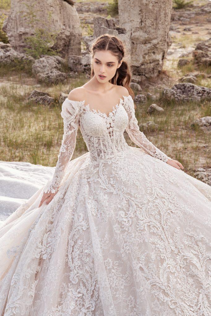 In questa foto una modella indossa un prezioso abito da sposa modello principessa di Julia Kontogruni