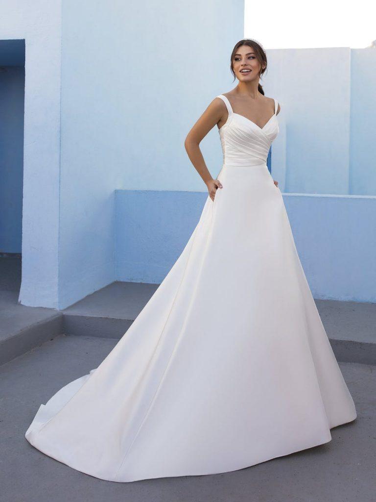 In questa foto una modella indossa un abito da sposa in raso di White One