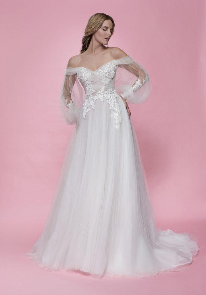 In questa foto una modella indossa un abito da sposa romantico di Maison Signore