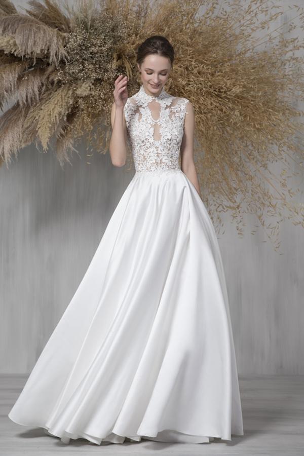 In questa foto una modella indossa un abito da sposa in duchesse di Tony Ward