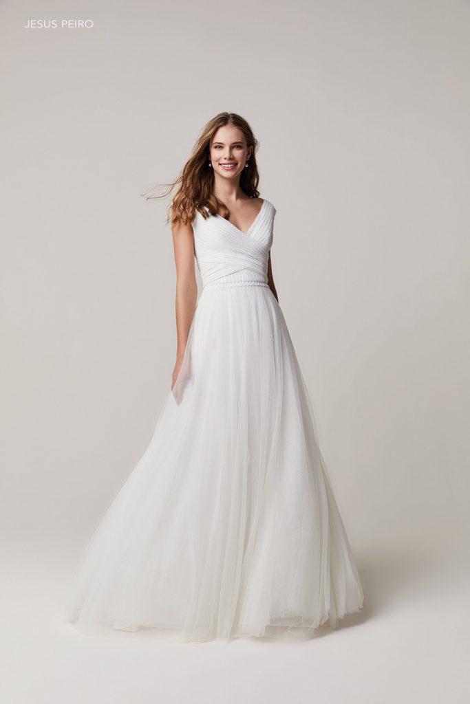 In questa foto una modella indossa un abito da sposa scivolato di Jesus Peiro