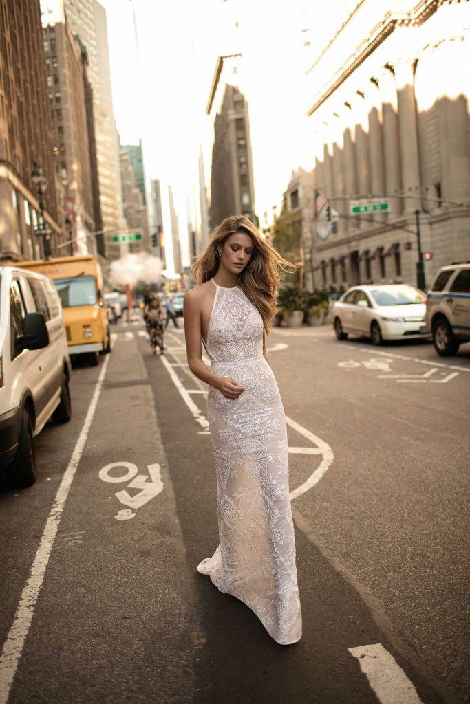 In questa foto una modella indossa un abito da sposa con scollatura all'americana di Berta