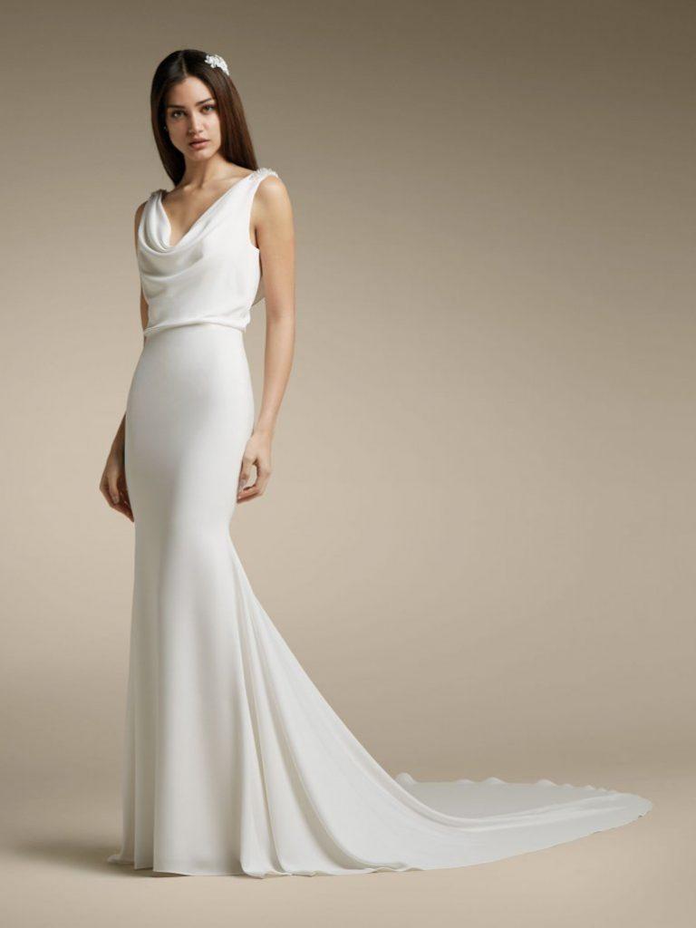 In questa foto una modella indossa un abito da sposa con scollo drappeggiato di San Patrick