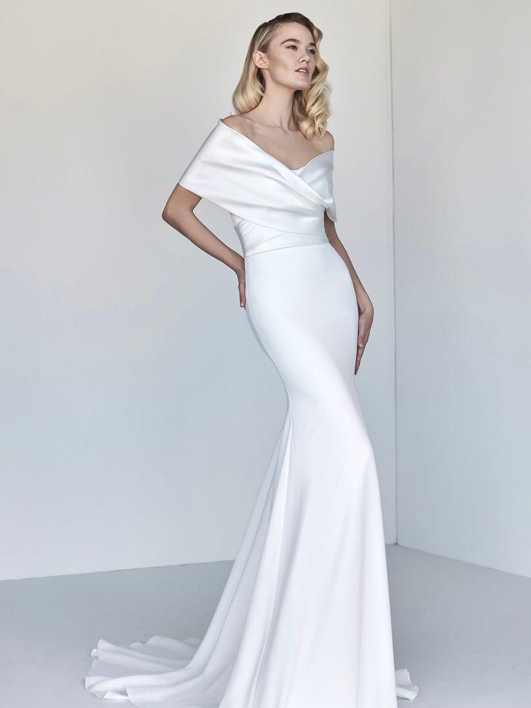 In questa foto una modella indossa un abito da sposa in seta della collezione Giovanna Sbiroli