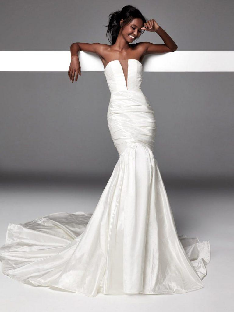 In questa foto una modella indossa un abito da sposa in taffetà di Alessandra Rinaudo