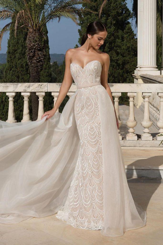 In questa foto una modella indossa un abito da sposa trasformabile di Justin Alexander: il vestito ha una sovragonna rimovibile