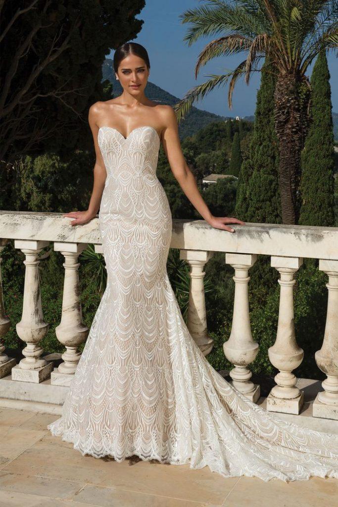 In questa foto una modella indossa un abito da sposa trasformabile di Justin Alexander proposto senza sovragonna