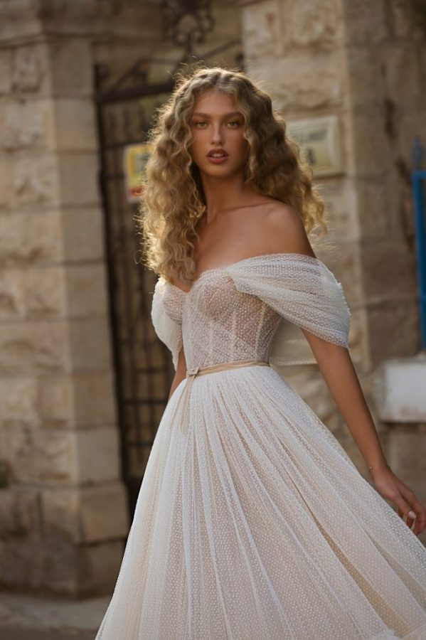 In questa foto una modella indossa un abito da sposa con tulle plumetis di Berta Bridal