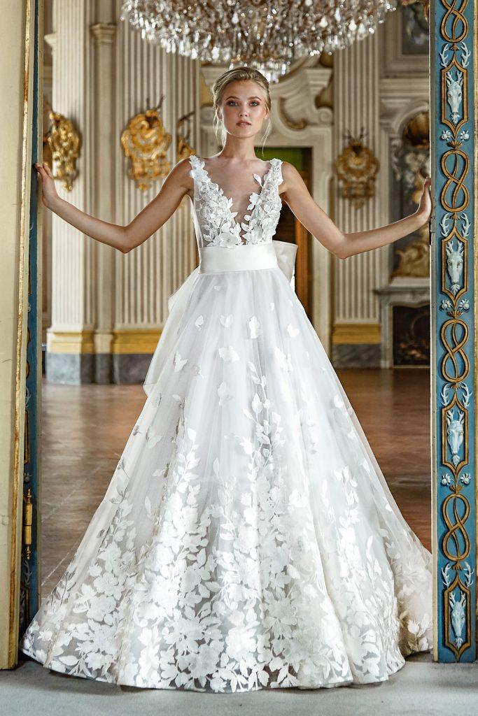 In questa foto una modella indossa un abito da sposa in tulle di Stefano Blandaleone