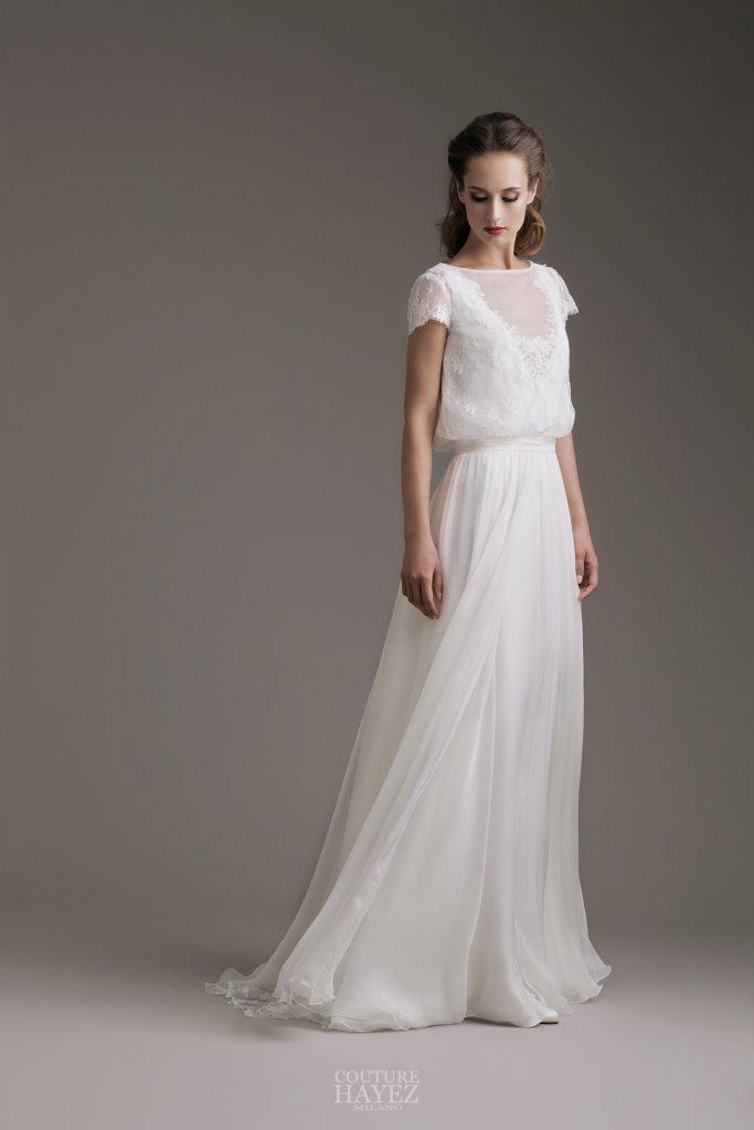 In questa foto una modella indossa un vestito da sposa in chiffon di Couture Hayez Milano