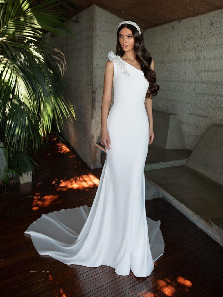 In questa foto una modella indossa un abito da sposa monospalla di Pronovias