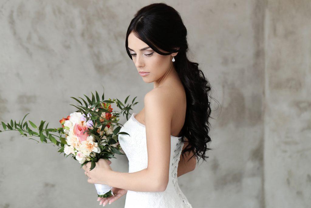 In questa foto un'acconciatura da sposa con coda lunga