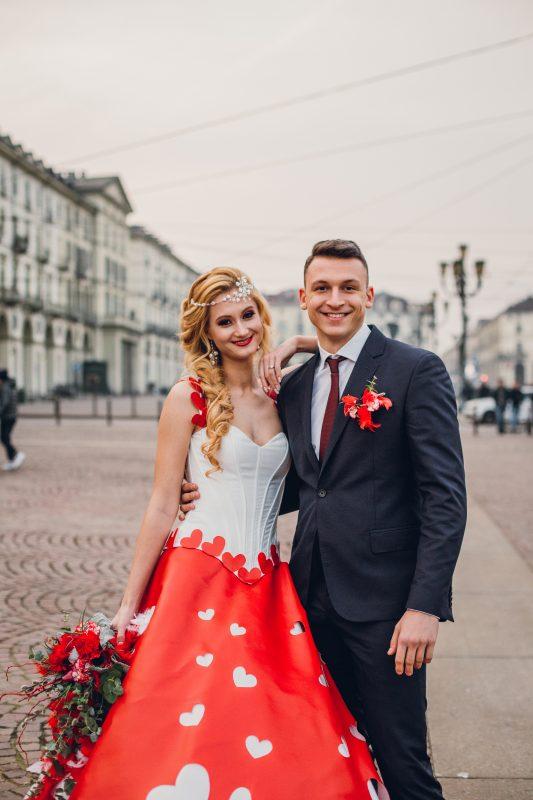 In questa foto due sposi a San Valentino in piazza a Torino