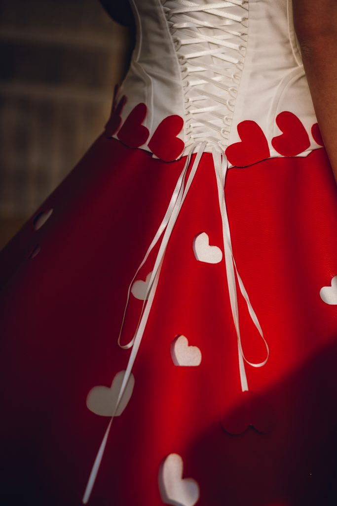 In questa foto i cuori realizzati a mano da Adele Vasilache per l'abito da sposa di San Valentino