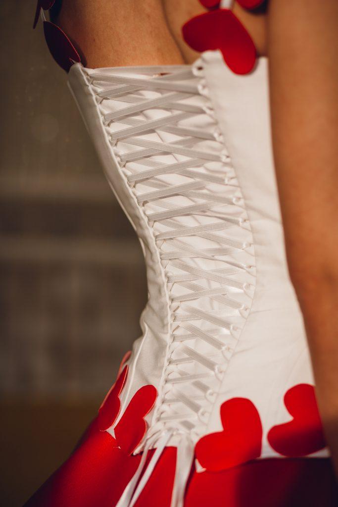 In questa foto il corpetto bianco e rosso dell'abito da sposa realizzato da Adele Vasilache