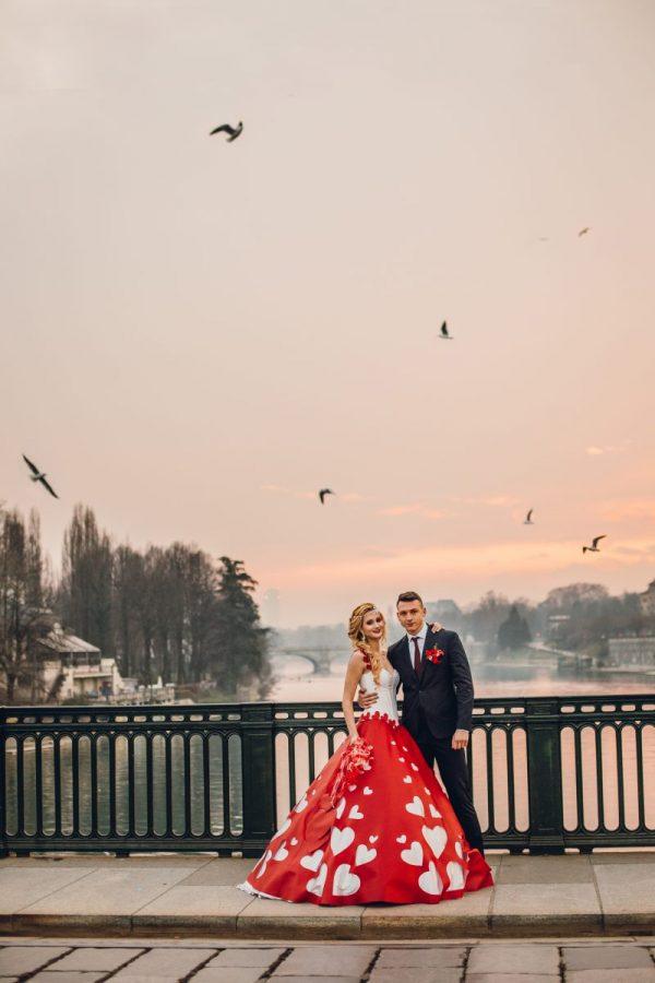 In questa foto gli sposi di Adele Vasilache al tramonto a Torino
