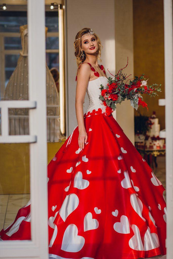 In questa foto un abito da sposo rosso e bianco