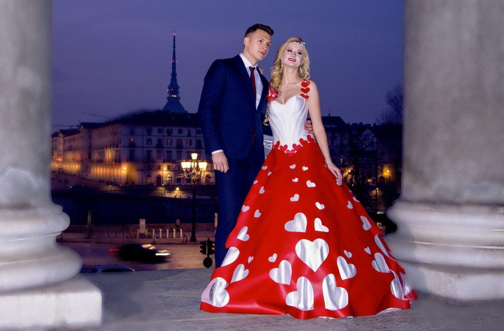 In questa foto due sposi a Torino con l'abito da sposa a tema San Valentino
