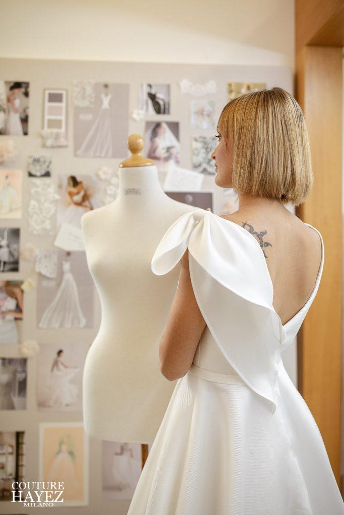 In questa foto una modella indossa un abito da sposa di atelier Couture Hayez, collezione Autentica