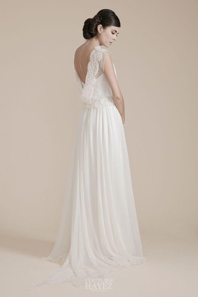 In questa foto una modella indossa un abito da sposa di atelier Couture Hayez, collezione Leggerezza
