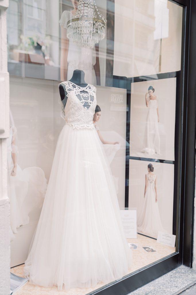 In questa foto un manichino con un abito da sposa esposto in una delle vetrine dell'atelier Couture Hayez, a Milano