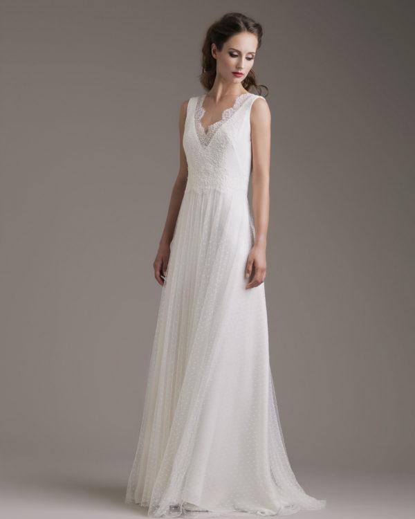 In questa foto una modella indossa un abito da sposa di atelier Couture Hayez, collezione Millennial Bride