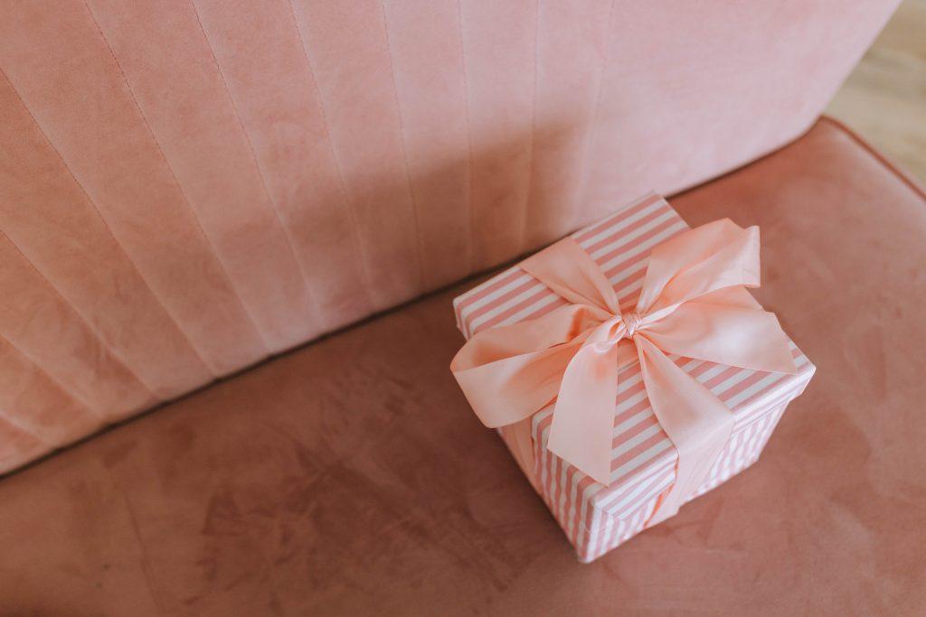 in questa foto un pacchetto con fiocco rosa perfetto per custodire i confetti delle bomboniere matrimonio