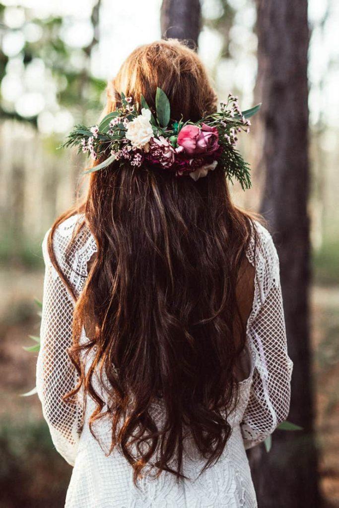 In questa foto una coroncina di fiori per spose romantiche.