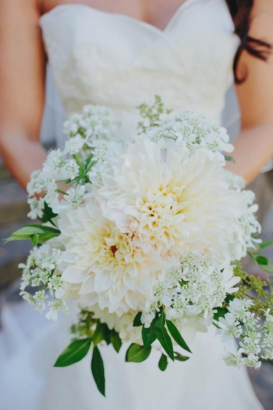 In questa foto un bouquet sposa 2021 autunnale con le dalie