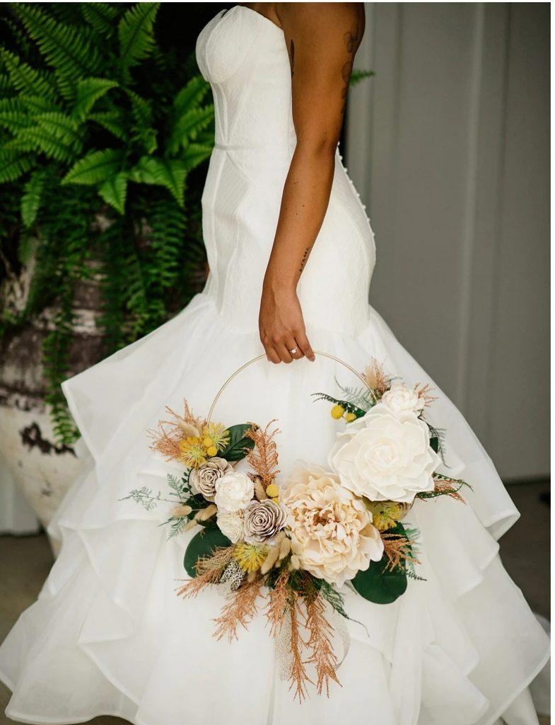 In questa foto un hoop bouquet sposa 2021, per portare allegria all'altare.
