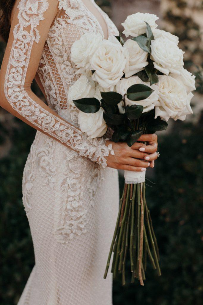 In questa foto un bouquet sposa 2021 primaverile con rose bianche.