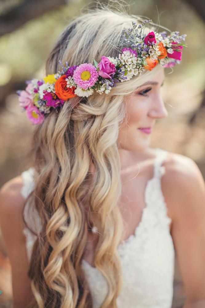 In questa foto una coroncina di fiori per spose romantiche