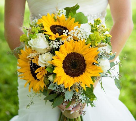 In questa foto un bouquet sposa 2021 estivo con i girasoli