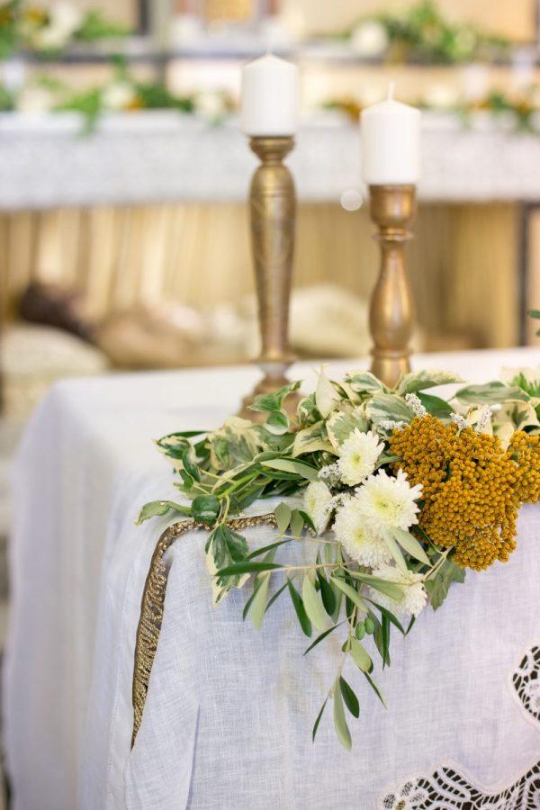 In questa foto l'allestimento floreale di un altare in chiesa per un matrimonio