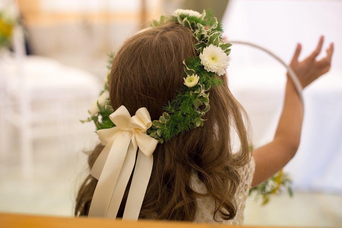 In questa foto la coroncina floreale per la damigella di nozze