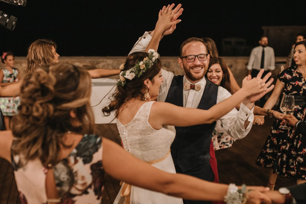 In questa due sposi che ballano durante il ricevimento di nozze