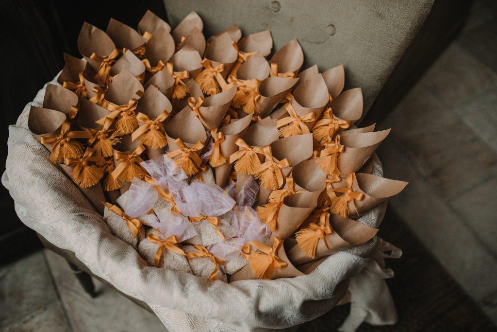In questa foto porta riso e sacchettini per matrimonio in giallo