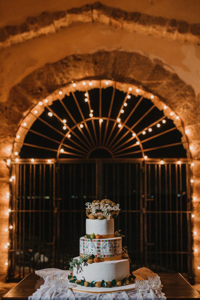 In questa foto una wedding cake a tema siciliano con gli agrumi