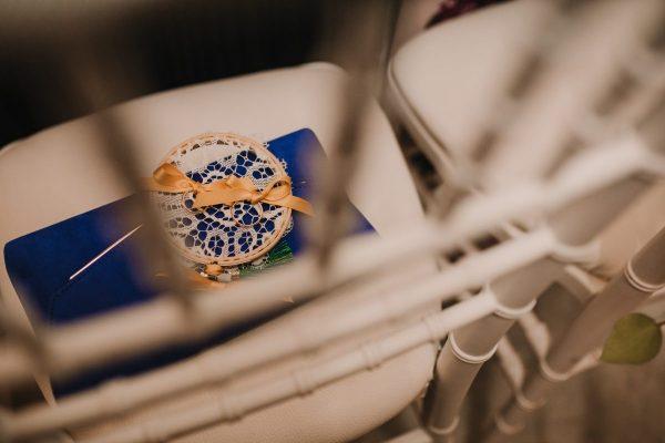 In questa foto un cuscino di nozze ricamato a mano su telaio