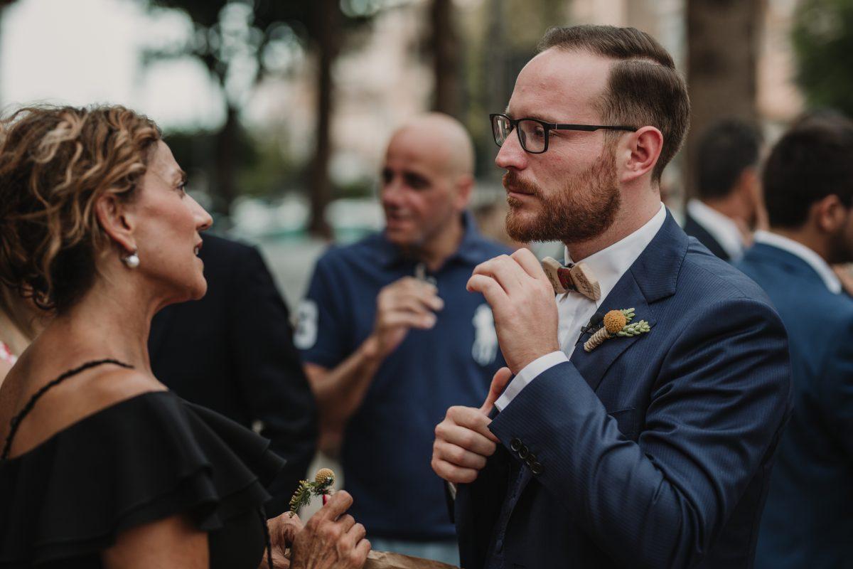 In questa foto una bouttonière da sposo in giallo