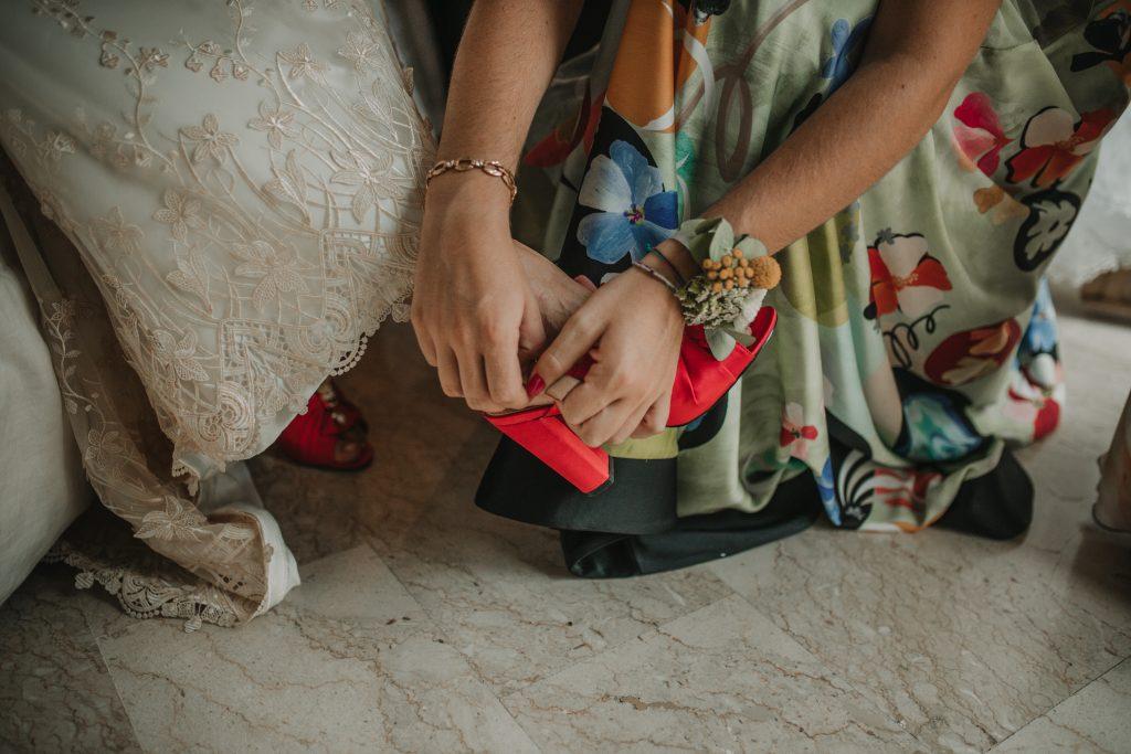In questa foto scarpe da sposa rosse con tacco basso