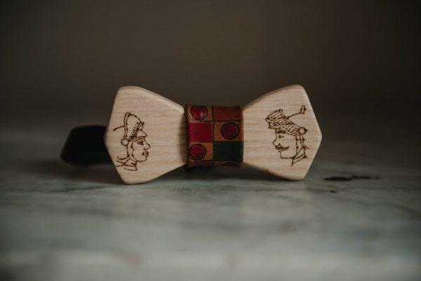In questa foto un papillon in legno per lo sposo con i Pupi siciliani